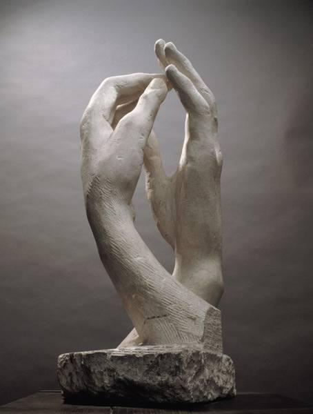 Sonno bianco di Stefano Corbetta_Due mani di marmo che si sfiorano