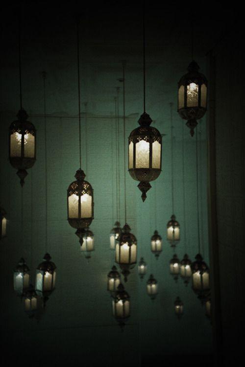 Back to writing - Gruppo di lampade appese al soffitto - ALK Nel mondo di Alice