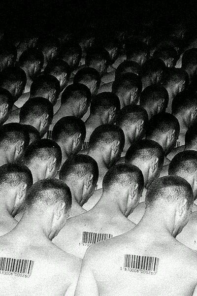 Anomalia_Uomini con codice a barre che abbassano la testa