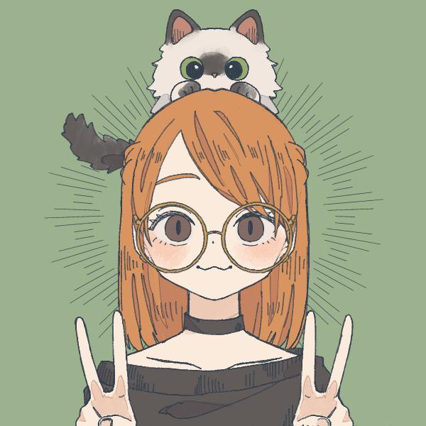 Red Kedi felice con un gatto sulla testa